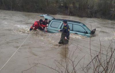 У Славському течія річки знесла автівку під час спроби водія перетнути брід. Фото: Володимир Бега.