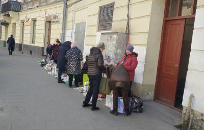 Як у Львові під час карантину процвітає стихійна торгівля. Фото: Olena Artomova.