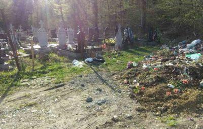 Як на Львівщині кладовище перетворюється у сміттєзвалище. Фото: Оксана Дмитрівна.