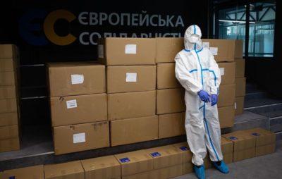 Фонд Порошенка відправив у регіони партію захисних медичних костюмів
