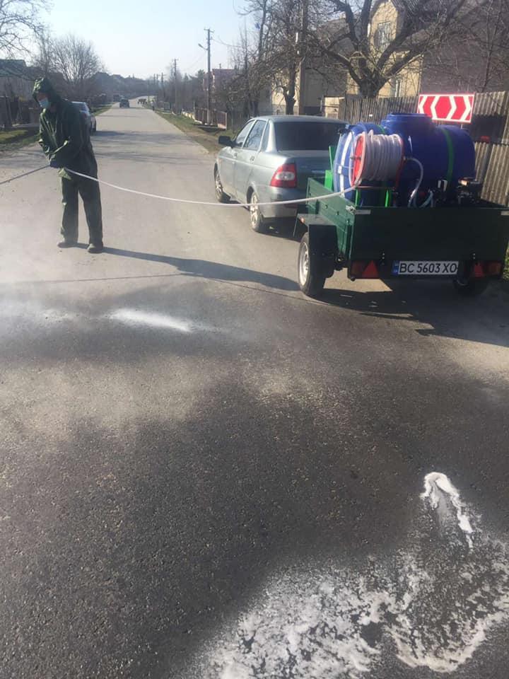 Як на Львівщині дезінфікують дороги. Фото: Самбірська РДА.