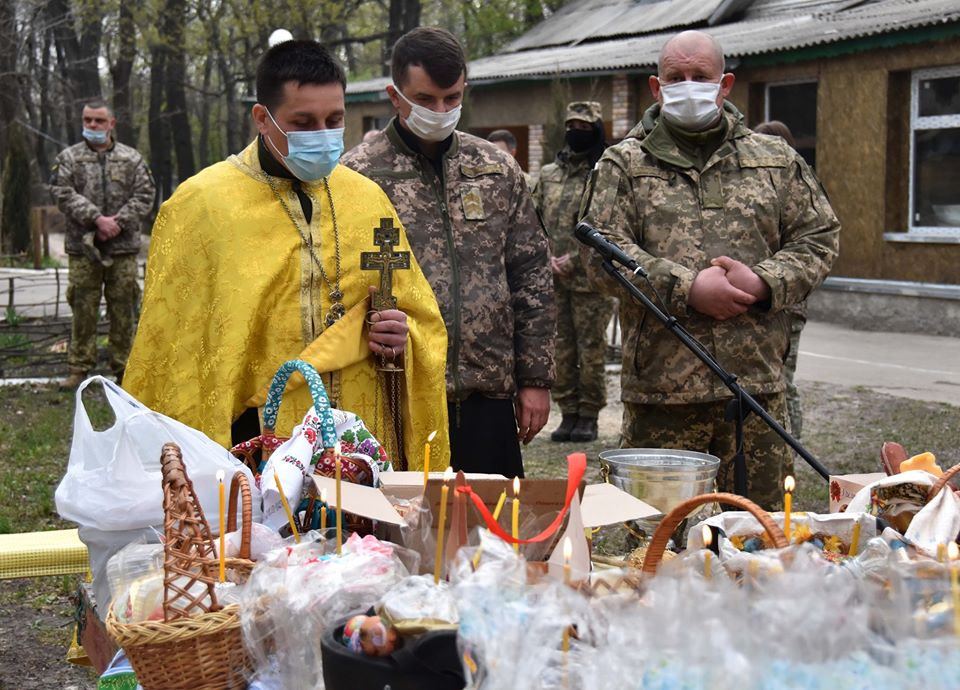Як на Донбасі в окопах освятили паски. Фото: ООС.