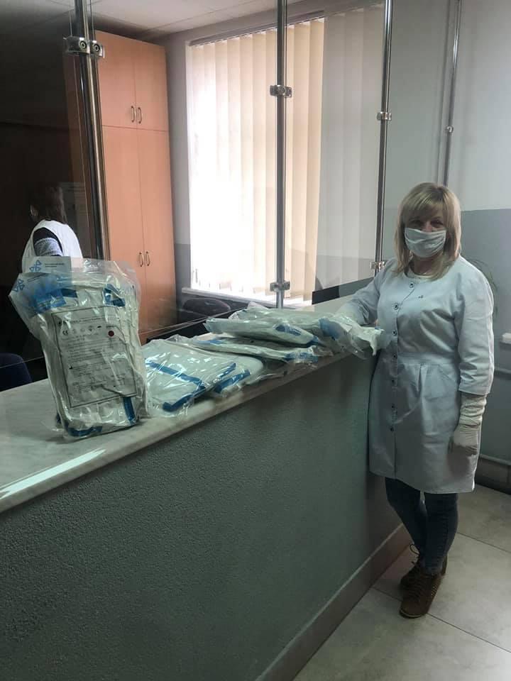 Жовківщина отримала захисні костюми для медиків. Фото: Надія Щур.