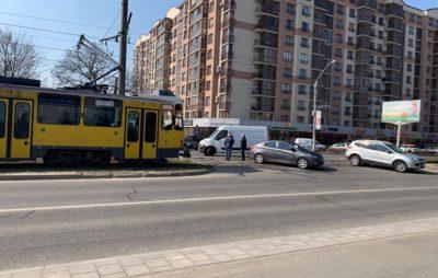 У Львові бус в'їхав у автомобіль. Фото: Ігор Зінкевич.