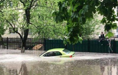 Як після сильної зливи у Києві потонули автомобілі. Фото: Газета Дарницькі Вісті.