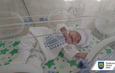 Немовлята в міській дитячій лікарні Львова святкують День вишиванки. Фото: ЛМР.