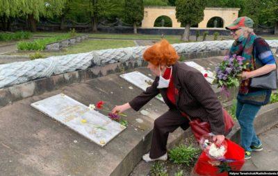 9 травня у Львові: нечисленні люди з квітами прийшли до військових меморіалів. Фото: Галина Терещук.