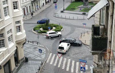 У Львові зіткнулись автомобілі. Фото: Зінкевич.