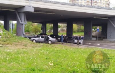 На Сихові під мостом не розминулись автомобілі. Фото: Ігор Зінкевич.