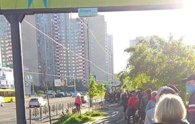У Києві сотні людей очікують громадський транспорт. Фото: Дарниця Live.