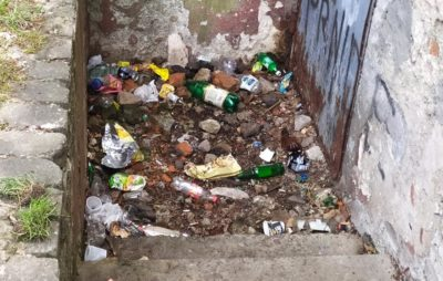 Як у Львові подвір'я школи перетворюється у сміттєзвалище. Фото: Christina Maltseva.