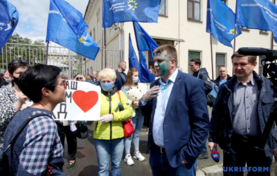 У Харкові облили зеленкою місцевого лідера ОПЗЖ. Фото: Укрінформ.
