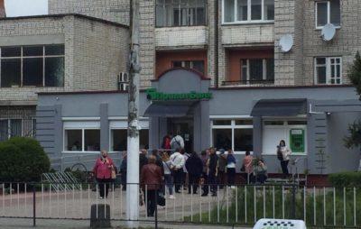 """У Новояворівську вишикувалась черга до нового відділення банку. Фото: """"Четверта студія""""."""