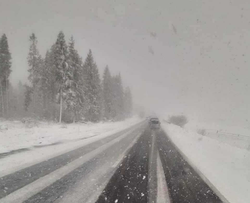 На Львівщині трасу на Сколе сильно засипало снігом. Фото: Ігор Зінкевич.
