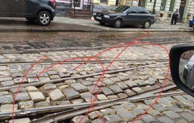 У центрі Львова просять замінити небезпечну колію. Фото: Orest Tsybak.