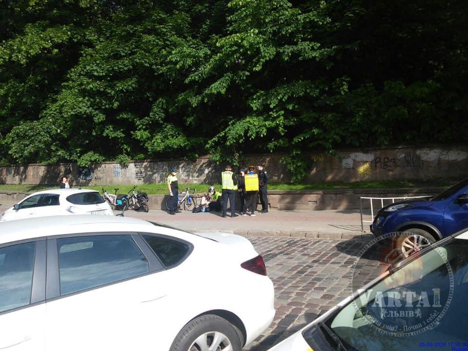 """У центрі Львова кур'єр """"Glovo"""" збив літню жінку. Фото: Ігор Зінкевич."""