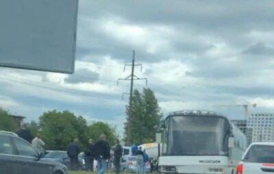 У Львові сталася ДТП з участю кількох машин і автобуса. Фото: Варта-1.