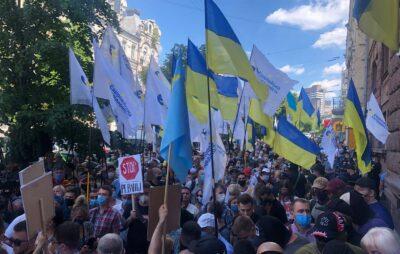 Під ДБР відбувається акція на підтримку Порошенка. Фото: Олег Синютка.