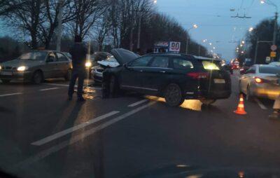 У Львові на Стрийській зіткнулись автомобілі. Фото: Четверта студія