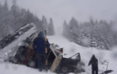 У Львівській області з дороги злетіла машина снігоочисної техніки. Фото: Варта1