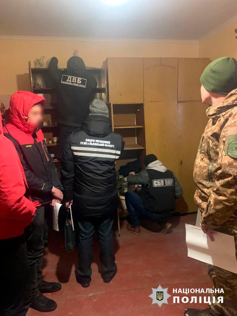 У Яворівському районі військовий продавав зброю. Фото: Нацаоліція