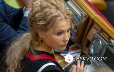 Тимошенко наклеїла на телефон захисну плівку. Фото: Букви