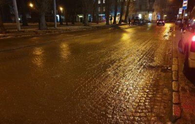 У Львові після відлиги дороги вкрились шаром болота. Фото: Nazar Balych