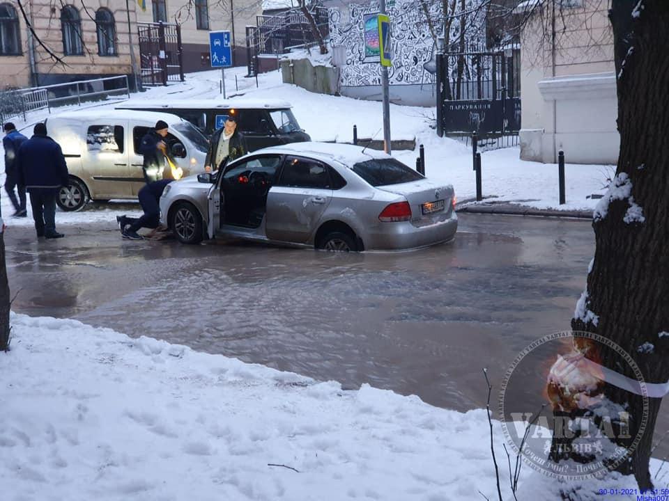 У центрі Львова автомобіль провалився у яму. Фото: Варта1