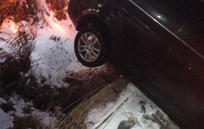 На Львівщині троє чоловіків врятували автомобіль, який ледь не злетів у прірву. Фото: Віта Дмитрів