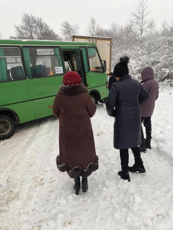 На Львівщині маршрутка загрузла у снігу. Фото: Софія Вороблевська