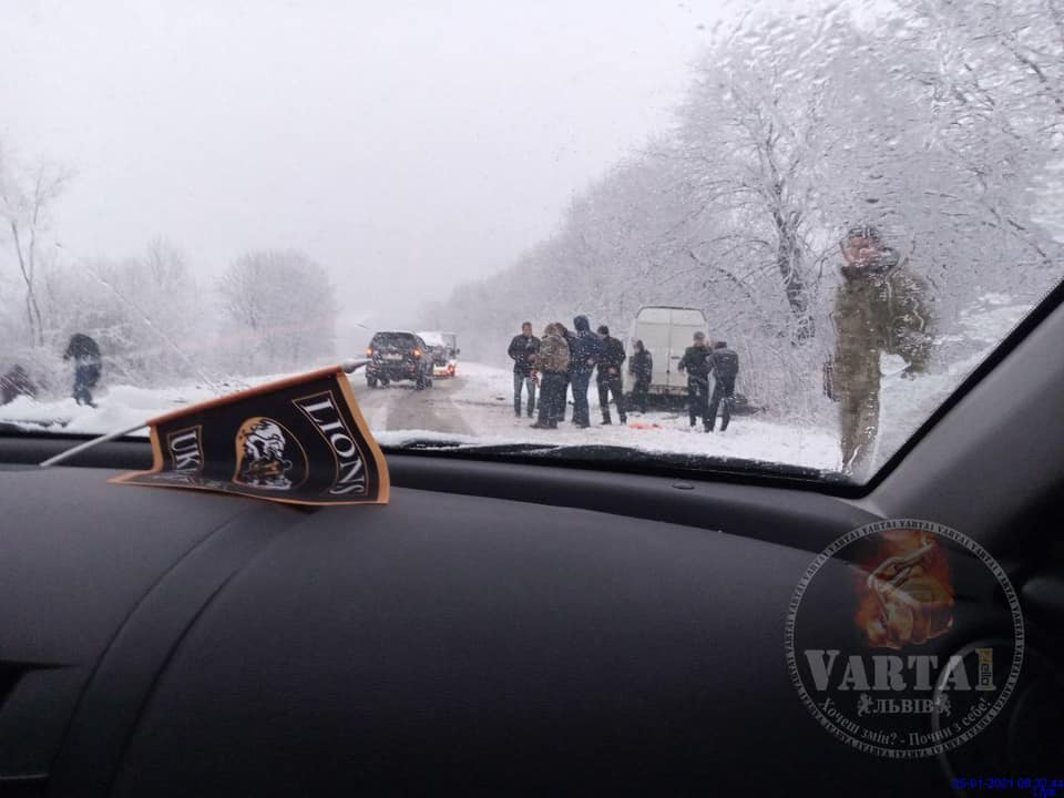 У Яворівському районі з траси злетіли автомобілі. Фото: Ігор Зінкевич
