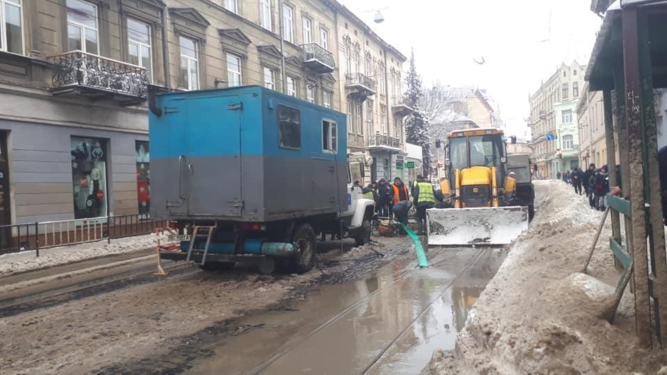 У Львові на вулиці Франка повністю зупинився рух транспорту. Фото: Ena Shen