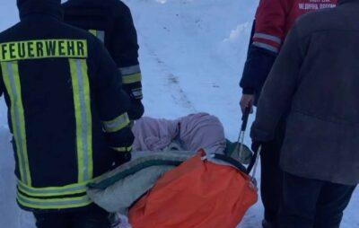 У Львівській області хвору жінку нести на ношах засніженою дорогою. Фото: ДСНС