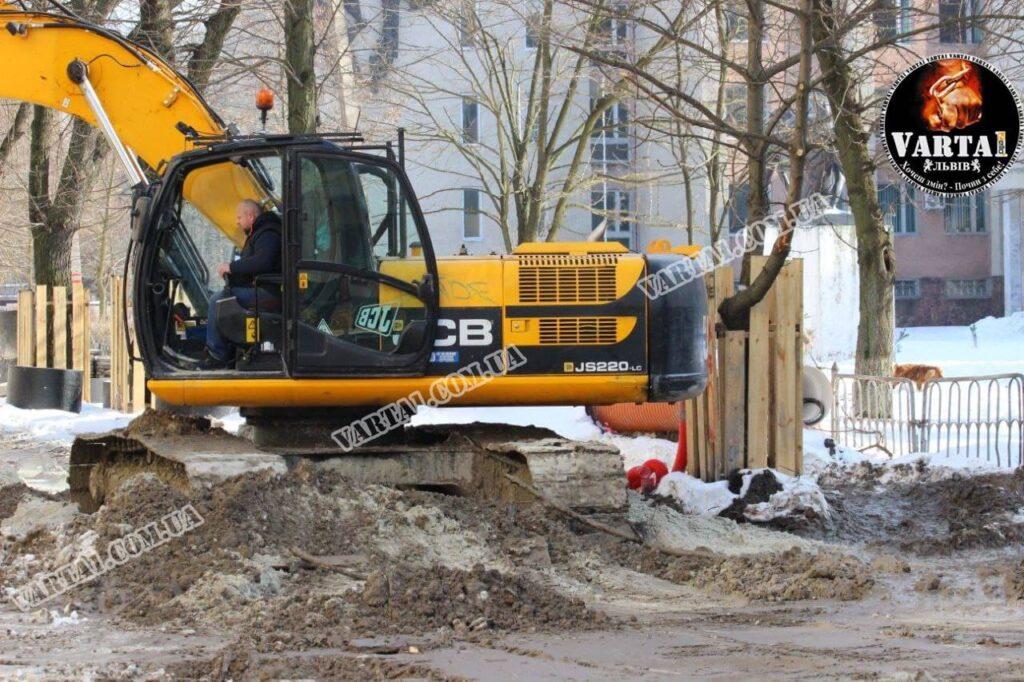 У Львові на вулиці Пекарській зрубають понад 40 дерев. Фото: Варта1