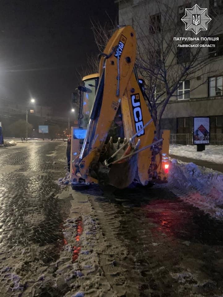У центрі Львова п'яний тракторист розчищав сніг. Фото: Патрульна поліція