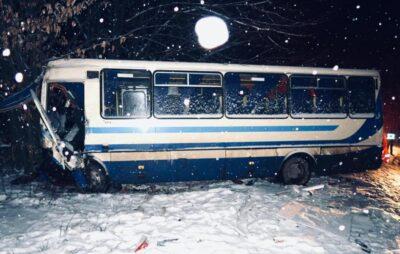 На Івано-Франківщині автобус потрапив у ДТП. Фото: поліції Івано-Франківської області