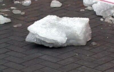 У Львові брила снігу впала на пішохода. Фото з відкритих джерел
