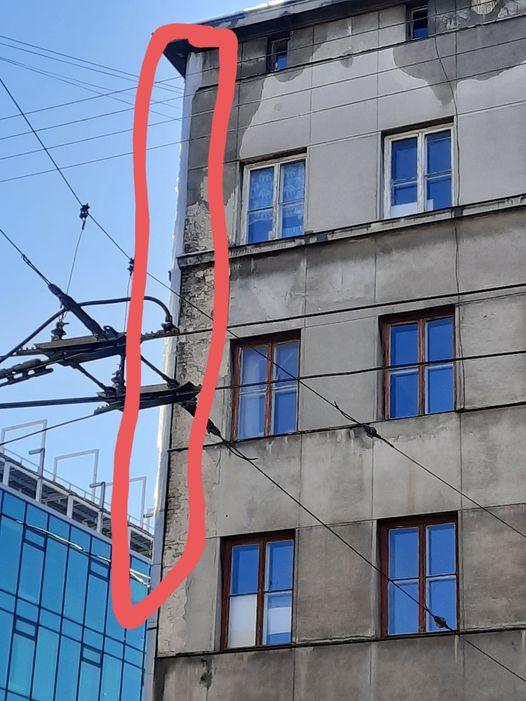 У Львові величезна булулька може травмувати людей. Фото: Andriy Syrvatka