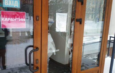 У Червогораді чоловік розбив двері міської ради. Фото: Поліція Львівської області.