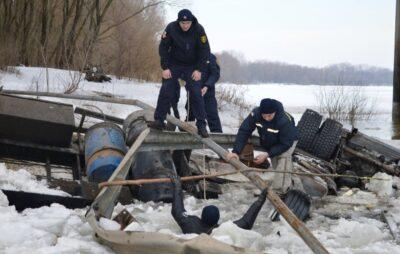 У Чернігівська область турецька вантажівка влетіла у річку. Фото: ДСНС.
