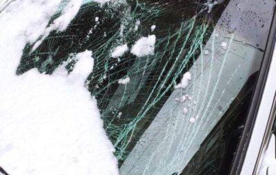 У Львові снігом понівечило автомобіль BMW. Фото: Варта1