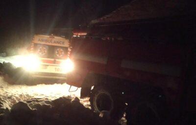 На Львівщині автомобіль швидкої допомоги загруз в снігу. Фото: ДСНС