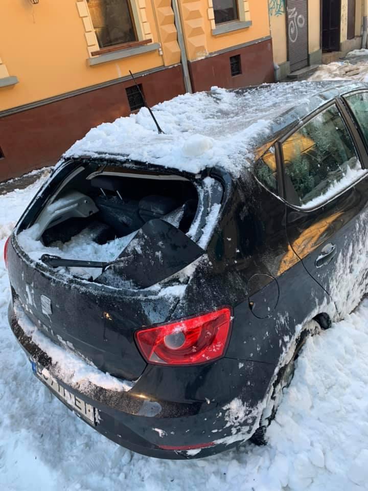 У Львові брила снігу розтрощила автомобіль. Фото: Віка Александрова