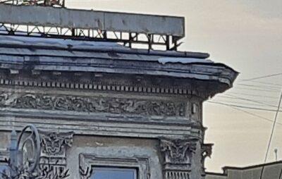 У Львові комунальники не прибирають сніг з даху будинків. Фото: Юрій Швець