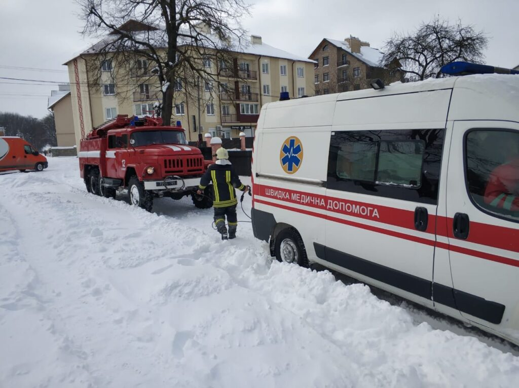 У Львівській області в снігах загрузло 5 карет швидкої допомоги. Фото: ДСНС
