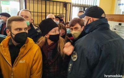 Ексміністерку охорони здоров'я Уляну Супрун та інші люди, яких не пропускали на засідання суду, Одеса, 23 лютого 2021 року Фото: hromadske