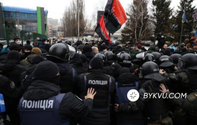 Під телеканалом НАШ відбулися сутички протестувальників з силовиками. Фото: Букви