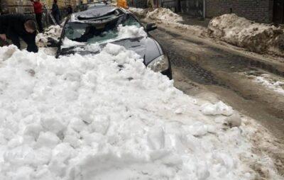 У Львові брила снігу розтрощила автомобіль. Фото: Богдан Гец