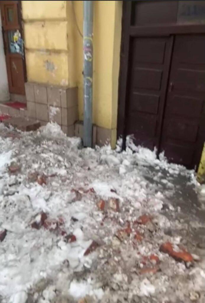 У Львові з будинків падає цегла. Фото: Андріян Гутник.