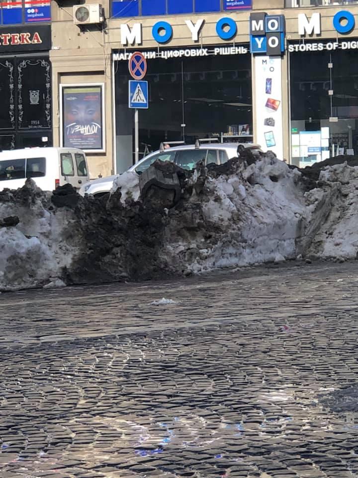 У центрі Львова комунальники заблокували рух транспорту. Фото: Taras Kornytskyi